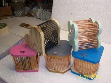 Des boites à grillons penchées
